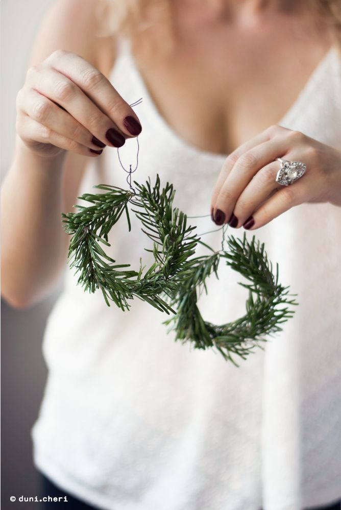 Make fast and cheap DIY Christmas decorations yourself.